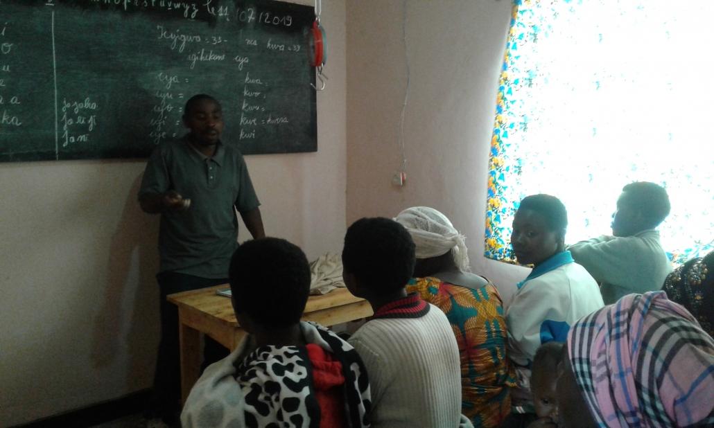 Everiste vom Health Care Team unterrichtet die Mütter. Das Thema war Familyplanning.