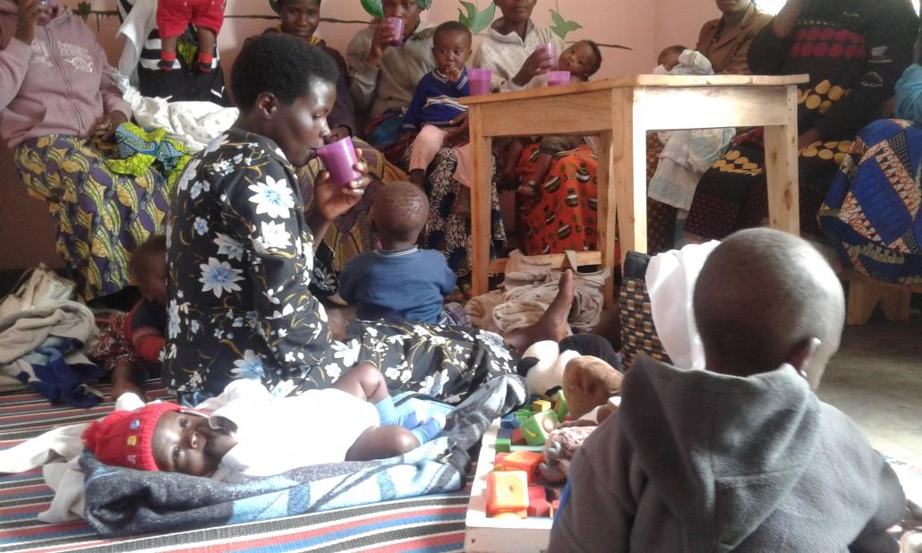 Die Mütter mit den Babies beim Trinken des Breis.